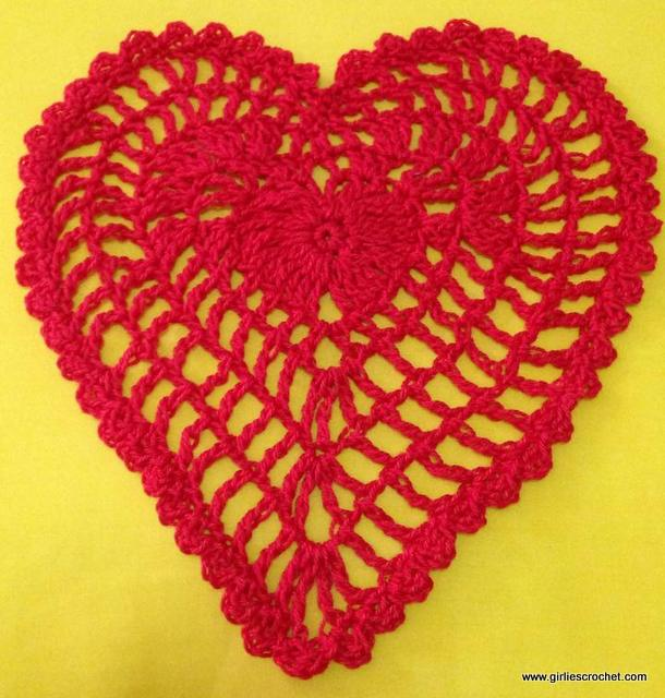 free crochet pattern, heart embellishment, easy, thread, valentines gift, photo tutorial